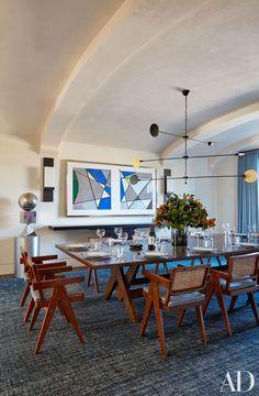 mesa Martyn Lawrence Bullard e cadeiras vintage de Pierre Jeanneret. O lustre é de José Esteves e os quadros são de Roy Lichtenstein.