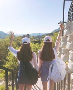 Tình bạn chính là có một cô bạn thân bên cạnh đưa nhau đi khắp thế giới.