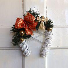 Vánoční+podkova+s+andělem+Krásná,+bílá,+vánoční+podkova+na+dveře,+okno,+nebo+na+zeď,+vyrobená+z+papírového+pedigu,+ozdobená+zlatými+třpytivými+kouličkami,+zlatočervenou+mašlía+andělíčkem+ze+slámy.+Podkova+má+uvnitř+ozdobnou+mřížku.+Na+vašich+dveřích+vykouzlí+tu+správnou+svátečníatmoféru.+Podkova+je+určená+do+interiéru,+nebo+na+dveře,+tam+kde...
