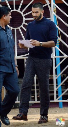 Ranveer on the set Indian Male, Indian Wear, Ranveer Singh Beard, Daily Fashion, Mens Fashion, Men's Hairstyle, Man Bun, Daily Style, Indian Celebrities