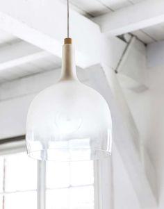 KARWEI | Deze moderne hanglamp in de vorm van een fles is een echte blikvanger boven je eettafel. #vtwonen