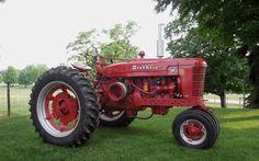 Farmall M McCormick Farmall tractor Farmall Tractors, Old Tractors, Tractor Pictures, International Harvester, Farm Gardens, Vintage Trucks, Farming, Diesel, Nostalgia