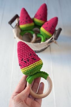Lanukas: Un mordedor a la rica sandía                                                                                                                                                                                 Más Crochet Baby Toys, Diy Crochet, Crochet Clothes, Easy Crochet Patterns, Amigurumi Patterns, Crochet Stitches, Learning Shapes, Wooden Baby Toys, Newborn Toys