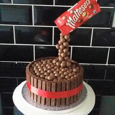 11400995_783148275139193_5433829004036182940_n Gravity Defying Cake, Gravity Cake, Lego Cake, Cake Minion, Malteser Cake, Disney Frozen Cake, Monster High Cakes, Easy Minecraft Cake, Lego Invitations