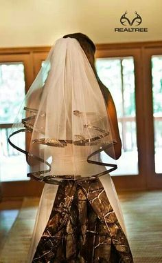 Realtree Camo Wedding Viel absolutely love this! Havin this with my wedding! White Camo Wedding Dress, Camouflage Wedding Dresses, Camo Dress, Wedding Dress With Veil, Country Wedding Dresses, Formal Dresses For Weddings, Country Weddings, Burlap Weddings, Wedding Burlap