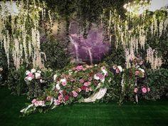 """Декор центрального столаСвадьба ведь волшебная‼️Мы не стали в этом проекте создавать зоны в одной стилистике- после ярко- красной, немного сюрреалистичной встречной зоны мы """"перенесли """" гостей на регистрацию в """"волшебный лес"""", а далее в """"тропики"""". @alexeystepanovdecor  @flowerstandem Planner @wedding_vip @alenasabantuy #весна #spring #candybar #сладкийстол #свадьбавказани #inkazan  #флорист #флористика  #kazan #регистрация #выезднаярегистрация #декор #decor #weddingdecor #florist #..."""