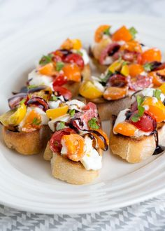 Caprese bruschetta's met balsamico siroop A Food, Good Food, Food And Drink, Yummy Food, Delicious Recipes, Fingerfood Recipes, Appetizer Recipes, Italian Dishes, Italian Recipes