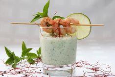 Kalte Gurken-Buttermilch-Suppe mit marinierten Garnelen