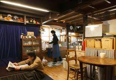 二人が一日のうちでもっとも多くの時間をここで過ごすというキッチンは1階にある。奥にはえみさんの作品をつくる窯があり、工房も併設されている。
