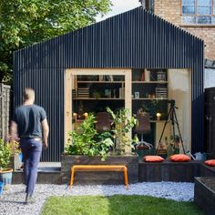 Architecture and design studio Richard John Andrews has recently completed a small backyard office in London England that's used as a workplace for their own firm. Shed Office, Backyard Office, Outdoor Office, Backyard Studio, Garden Studio, Small Garden Office, Outdoor Decor, Studio Hangar, Shed Conversion Ideas