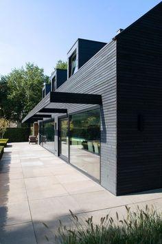 WillemsenU in samenwerking met Culimaat:  Een jaren 60 woonhuis renoveren en transformeren tot dit bijzonder uitziende huis. We laten de voor en na foto's van het exterieur zien, nieuwe foto's van