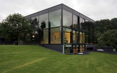 The modern cubic design of this house is really breathtaking! I simply <3 it !