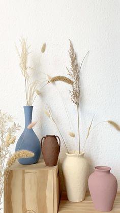 Diy Home Crafts, Diy Home Decor, Diy Crafts Vases, Home Decor Vases, Diy Painted Vases, Spray Painted Bottles, Diy Clay, Easy Diy Projects, Diy Painting