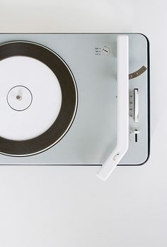 Minimalism from 1961 Braun PCS 4 record player. Designed by Dieter Rams & Gerd Alfred Müller Le Manoosh, Braun Dieter Rams, Charles Ray Eames, Original Design, Record Players, Vintage Design, Vinyls, Radios, Cool Designs