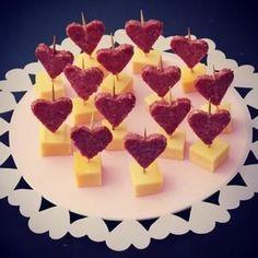 Bekijk de foto van sandrakookt met als titel Liefdevol borrelhapje van kaas en salami. en andere inspirerende plaatjes op Welke.nl.