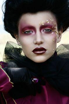 Plum and gold makeup. This is very avant-garde – Georgia Angelidou Plum and gold makeup. This is very avant-garde Plum and gold makeup. This is very avant-garde Glamorous Makeup, Gold Makeup, Makeup Art, Beauty Makeup, Eye Makeup, Runway Makeup, Beauty Art, Red Queen Makeup, Catwalk Makeup