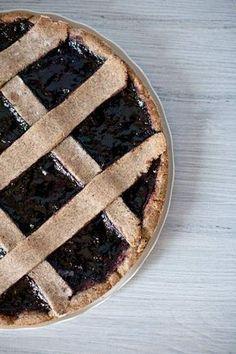 La ricetta vegan della crostata di grano saraceno con confettura di mirtilli Homemade vegan and gluten free pie with blueberry jam.