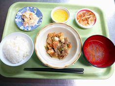 ごはん、中華スープ、牛肉と厚揚げの甘辛煮、餃子、キャベツのドレッシング和え、パインゼリーでした!
