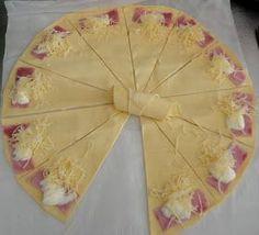 Mini croissants salés. 10 à 15 min à 180°c. Une pâte feuilletée, jambon fromage râpé.