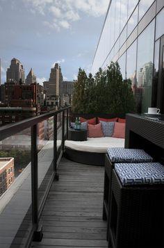 ideen balkon lounge bett gestaltung pflanzen glas geländer