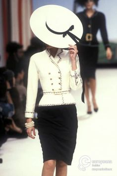 Chanel, Spring-Summer Couture--apparently 1995 is the vintage year I like lol . - Chanel, Spring-Summer Couture–apparently 1995 is the vintage year I like lol … Chanel, Spring-Summer Couture–apparently 1995 is the vintage year I like lol Chanel Couture, Couture Fashion, 90s Fashion, Runway Fashion, Fashion Show, Womens Fashion, Boho Fashion, Vintage Outfits, Vintage Dresses