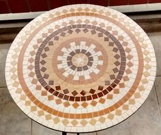 TAMPO EM MDF 9MM, MOSAICO COM PASTILHAS DE PORCELANA FOSCA EM TONS DE AREIA, OCRE E MARROM.    MEDIDA: 60 CM DE DIÂMETRO Mosaic Rocks, Mosaic Stepping Stones, Mosaic Diy, Mosaic Tiles, Mosaics, Mandala Pattern, Mosaic Patterns, Summer Crafts, Diy And Crafts