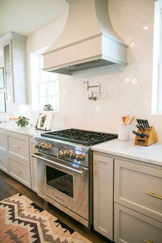 Sure subway tile is classic and easy, but it is (YAWN) everywhere. Want a similar alternative that will have your space stand out? This article provides 6 great ideas for subway tile alternatives to get the wheels turning. Cute Kitchen, New Kitchen, Kitchen Decor, Kitchen Design, Kitchen Ideas, Kitchen Inspiration, Kitchen Stove, Kitchen Cupboard, Kitchen White