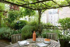Terrasses perchées sur les toits ou patios nichés entre deux murs, ces espaces verts, exotiques ou romantiques, font main basse sur la ville. Des terrasses et patios qui font rêver...