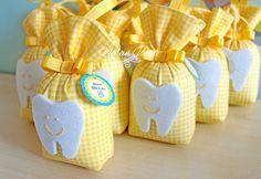 Aras'ın diş buğdayı partisi hediyelikleri için hazırlanan sarı ve turkuaz renklerde diş temalı lavanta keseleriyle ilgili detaylar.