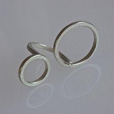 Questo anello sembra galleggiare sopra la mano. Sua tranquilla è grande ma leggero e facile da indossare.  Lanello è fatto di filo di 2mm quadrati in argento.  Esso è strutturato con bordi lucidati per un bel contrasto.  Il diametro dei cerchi sono ca. 24 mm e 16 mm.  Lanello mostrato è in anello taglia 12 EU o 6 noi, ma può essere realizzato in qualsiasi dimensione in 3 giorni.  Basta lasciare la dimensione dellanello in messaggio al venditore quando si effettua lacquisto!  Come al mio…