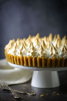 Calling all lemon lovers! A buttery shortbread crust, super smooth lemon curd filling and golden swirls of meringue come together in this sweet and tart lemon dream.