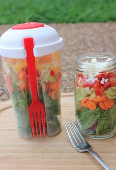 Cooler Healthier Kitchen - Make-Ahead Salad on the Go -- a great idea for how to eat healthfully on busy days. Click through for details on how to make these salads, how to keep them fresh, and a great deal on the Salad To Go Cups! Make Ahead Salads, Salads To Go, Salad In A Jar, Soup And Salad, Raw Food Recipes, Healthy Recipes, Healthy Snacks, Healthy Eating, Good Food