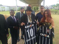 Pai de Michael Jackson faz visita ao CT e ganha camisa do Corinthians #globoesporte