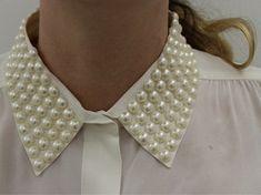 Ideia para customização de camisa. Você pode colar pérolas em toda a gola da sua camisa.