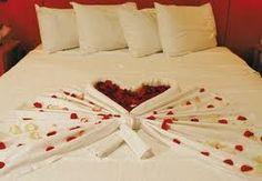 Decora la cama con pétalos de rosa. le va a encantar!! Aquí va una idea pero hay millones.