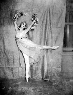 "wehadfacesthen: "" Anna Pavlova, photo by G. Manuel Frères from "" Anna Pavlova, Ballet Vintage, Vintage Dance, History Of Dance, Margot Fonteyn, Mikhail Baryshnikov, Dance Images, Ballet Photos, Dance Poses"