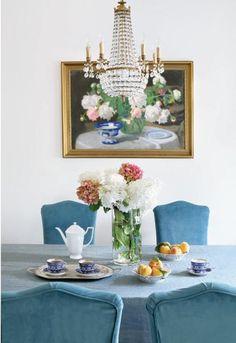 Na ścianie w jadalni białe piwonie Alfonsa Karpińskiego. Na stole dzbanek z kolekcji Biała Maria Rosenthala, kobaltowe filiżanki to replika starej rosyjskiej porcelany.
