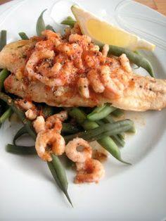 mausteista valkoista kalaa katkaravuilla ja haricots vertseillä