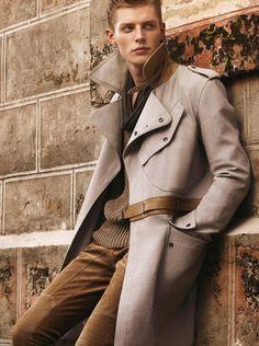 Một chiếc trench coat của Belstaff, hơi khác một chút so với phong cách tối giản và thanh lịch của Burberry.