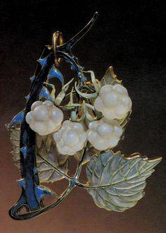 An Art Nouveau Raspberry Leaf pendant, by René Lalique, circa 1900-03. Gold, enamel and glass. Signed LALIQUE. 8 x 5.5cm.  Source: The Jewellery of René Lalique, by Vivienne Becker. #Lalique #ArtNouveau #pendant