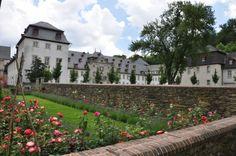 Das barocke Klostergebäude des Kloster Marienstatt, vom Klostergarten aus betrachtet
