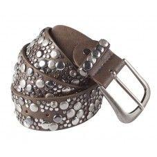 Bruine lederen riem voorzien van stoere zilverkleurige studs. Deze riem is goed te combineren bij elke outfit en een ware eyecatcher   brown.