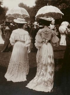 The gorgeous gowns, hats, umbrellas, and of course ladies of Longchamp, France circa 1900 1900s Fashion, Edwardian Fashion, Vintage Fashion, High Fashion, Edwardian Dress, Edwardian Era, Victorian Dresses, Longchamp, Grand Prix