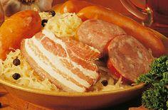 CHOUCROUTE (Pour 4 P : 1,5 à 1,6 kg de choucroute crue (300 g par personne), 12 pommes de terre rate, 1 gros oignon, 2 carottes, 1 gousse d'ail, laurier, 1 c à s de thym, 1 c à s de cumin, 1 c à s de baies de genièvre, 200 g de lard fumé , 1 jarret de jambon fumé de 500 g ou ½ jambonneau, 4 côtelettes de porc fumé, 4 saucisses de Montbéliard, 4 saucisses de Strasbourg, 2 c à s de graisse de canard, 1/2 L de vin blanc sec d'Alsace, ¼ de L de fond de volaille)