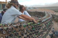 Murs en terre crue et bouteilles de verre