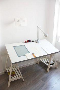 Da is er ja: Mein IKEA-Schreibtisch! Ich will nie wieder auf die Milchglasplatte verzichten. Mein eigener kleiner Lichttisch!