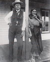 Quanah Parker, grand chef des Comanches, habile politicien, propagateur de la religion du Peyotl, avec sa femme Tonasa, devant leur maison composée de cinq pièces vers 1892.Taylor et Sturtevant Les Indiens d'Amérique du Nord page 73.