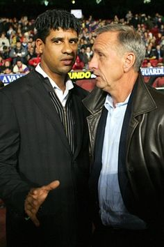 Frank Rijkaard, during his time as coach of Barcelona in speaks to Johan Cruyff, the embodiment of the Barça approach to playing football and a highly influential figure at the club. Kids Soccer, Football Soccer, Football Moms, Good Soccer Players, Football Players, Fc Barcelona, Association Football, Girls Football Boots, Most Popular Sports