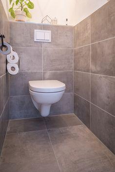 Prachtig toilet met keramische betonlook tegels