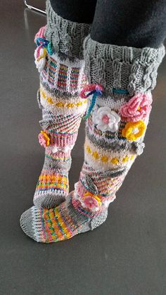 ideas for knitted knee socks Knitting Projects, Crochet Projects, Knitting Patterns, Crochet Coat, Crochet Slippers, Fair Isle Knitting, Knitting Socks, Reuse Clothes, Mittens